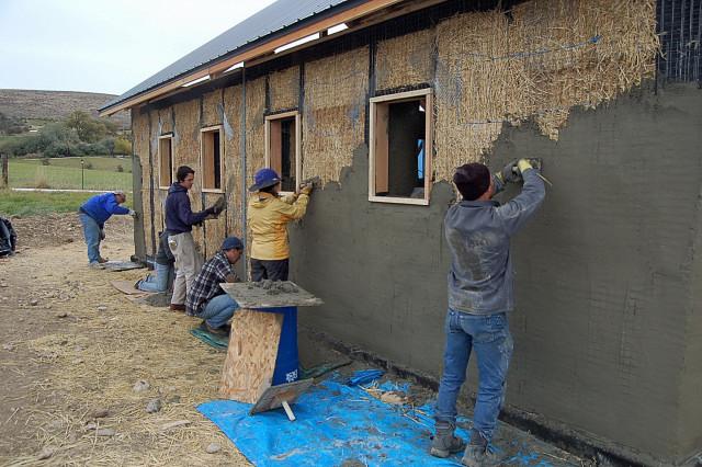 strawbale-construction-plastering-workshop-half-north-wall
