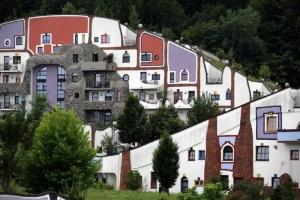 hundertwasser-shifted-hill-houses