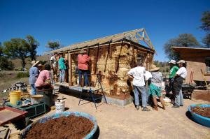 ...создают полный природный баланс в сочетании с другими достоинствами натурального дома из дерева, глины и соломы.